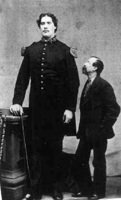 Мартин ван Бюрен Бейтс рядом с человеком обычного роста.