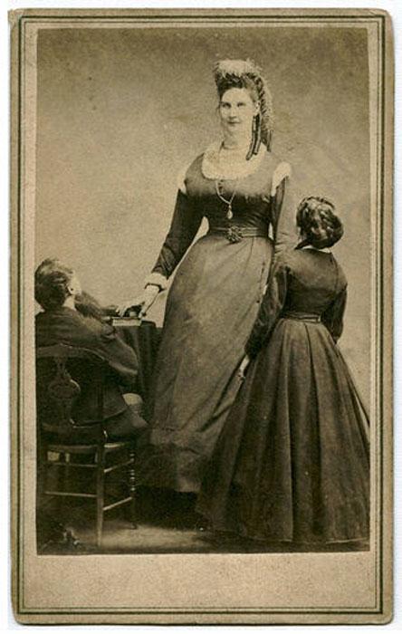 Анна рядом с людьми обычного роста.