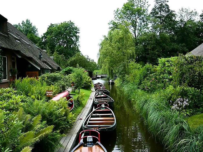 В голландской деревне Гитхорн нет автомобилей и нет дорог.