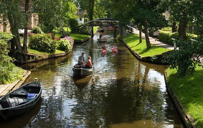 В теплое время года большинство лодок используется туристами.