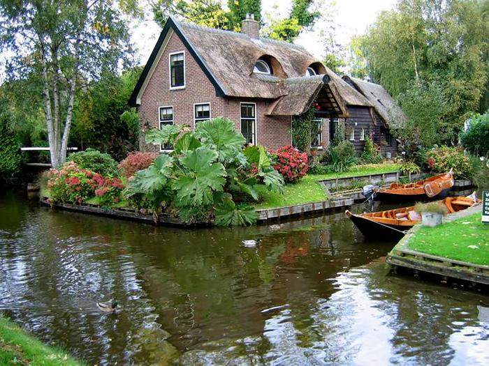 Здесь можно увидеть старые голландские дома, крыши которых покрыты соломой.