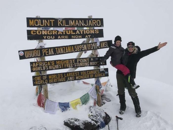 Монтана с мамой на вершине Килиманджаро.