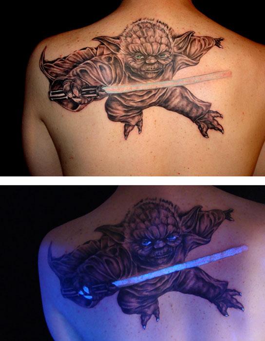 Мастер Йода со светящимся мечом.