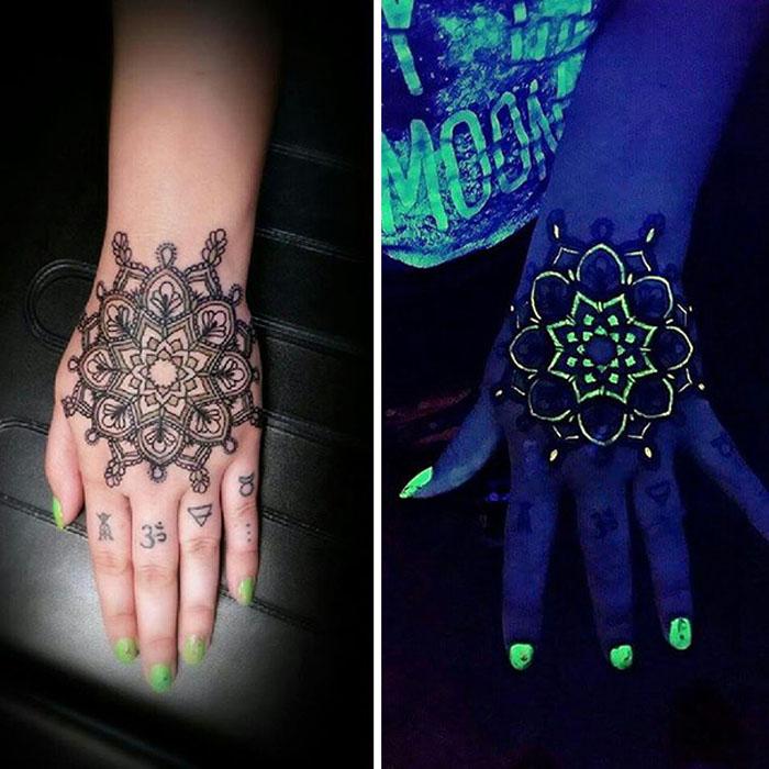 Татуировка в виде мандалы, светящейся под УФ-светом.