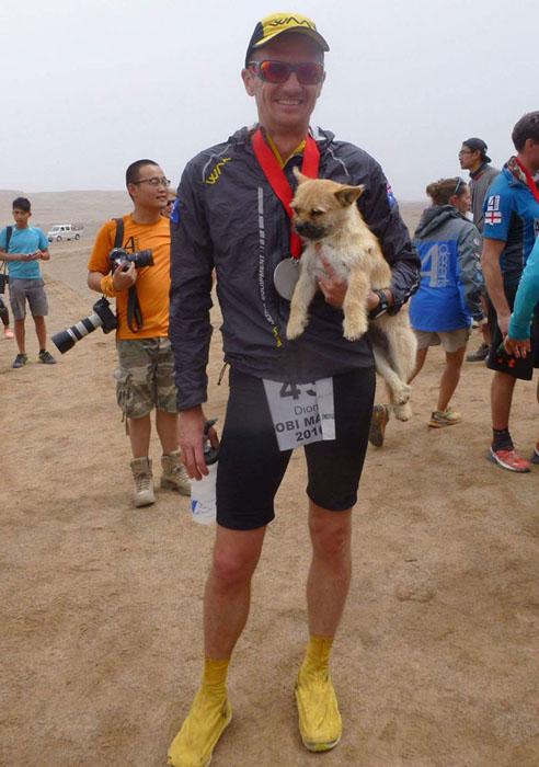 Большую часть пути собака Гоби пробежала бок-о-бок со своим будущим хозяином.