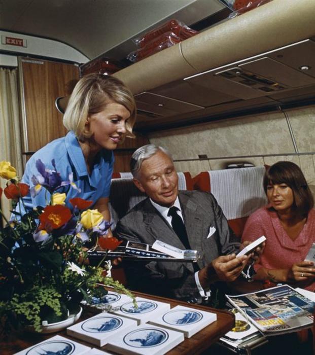 На самолете люди надевали свои лучшие одежды.