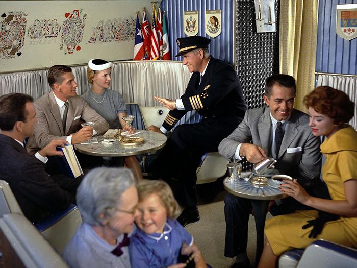 В те дни пилоты нередко выходили к пассажирам пообщаться.