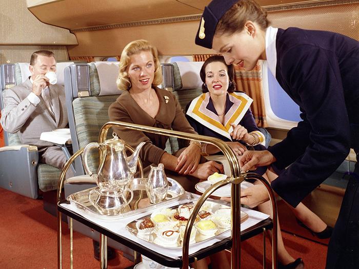 Разнообразные развлечения на борту самолета.