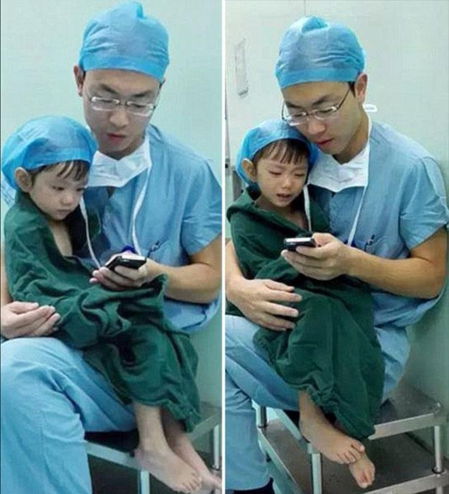 Хирург успокаивает свою пациентку перед операцией.