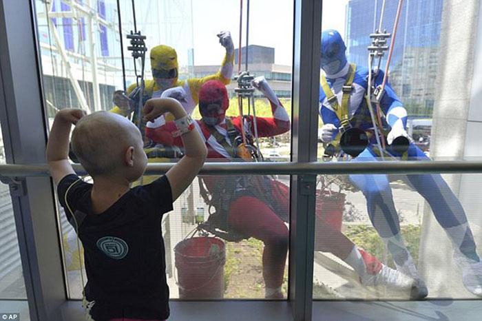 В апреле 2017 мойщики окон в детской больнице переоделись в супергероев во время работы. Девочка, болеющая раком, показывает им свои мускулы, и парни поддерживают ее.