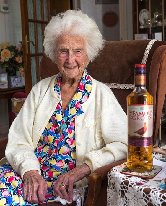 Грейс признается, что маленькая рюмочка виски на ночь помогает ей расслабиться после долгого дня.