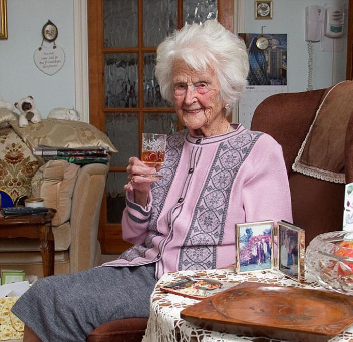 Грейс Джонс уверена, что секрет ее долголетия в умении сдерживать себя в удовольствиях и развеивать свой стресс.
