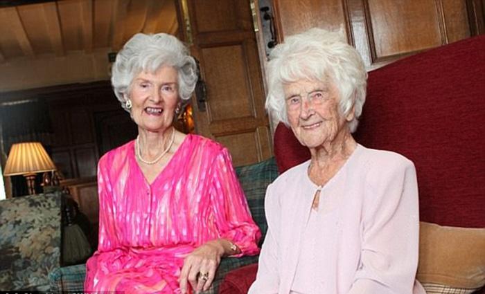 Грейс со своей 80-летней дочерью Дейдре.