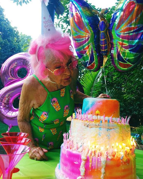 Торт на 88-й день рождения Бадди.  Instagram baddiewinkle.