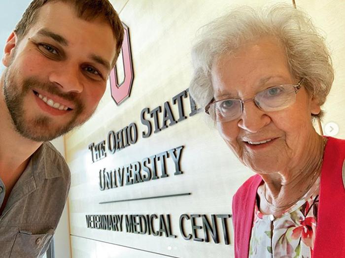 Брэд отвез бабушку в университет, где обучался.