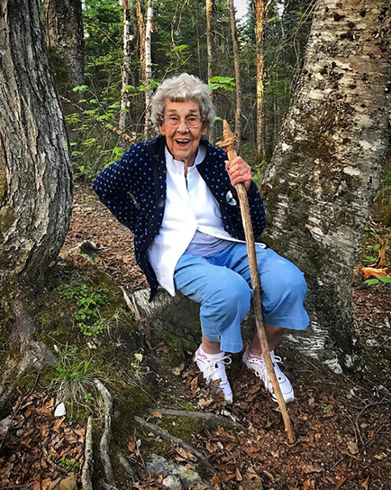 Бабушка Джой в лесу.