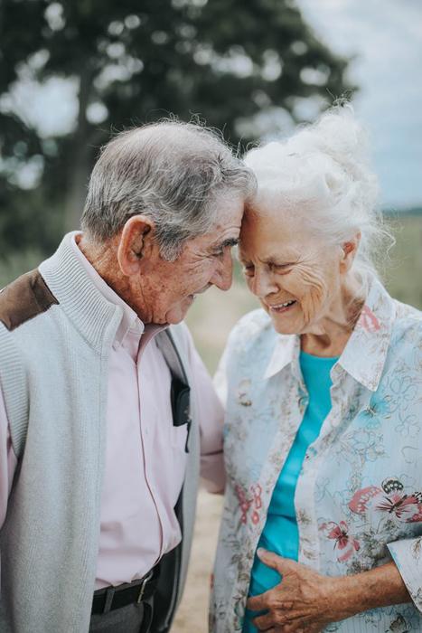 Даже спустя столько лет чувства супругов не остыли. Фото: Paige Franklin.