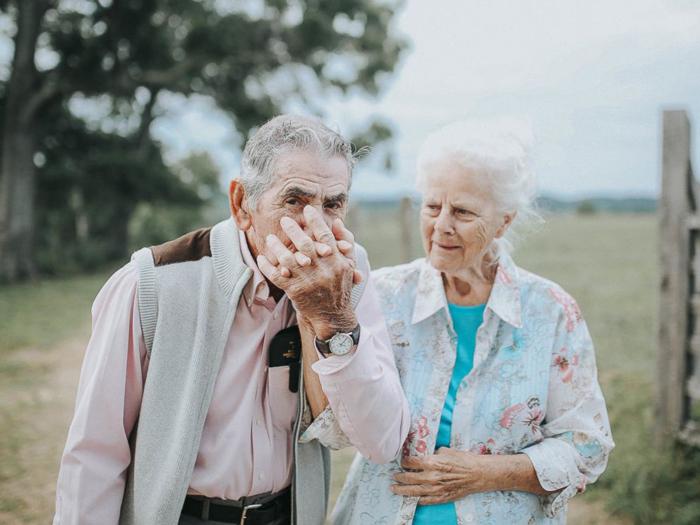 Внучка решила сделать фотосессию для своих дедушки и бабушки, чтобы поделиться их прекрасной историей любви. Фото: Paige Franklin.