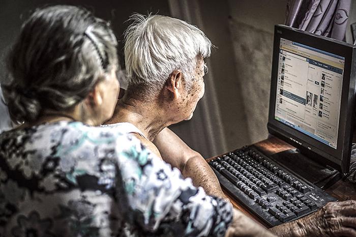 Дедушка умеет пользоваться Facebook, отсылать имейлы, делать коллажи и видео.  Фото: Hạ My Photography.