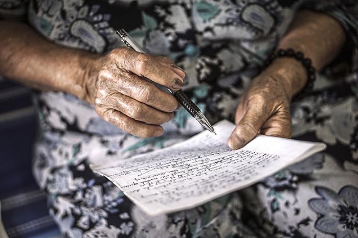 Бабушка пишет стихи.  Фото: Hạ My Photography.