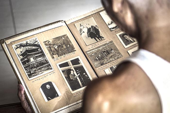 Дедушка - хранитель семейной истории. Фото: Hạ My Photography.