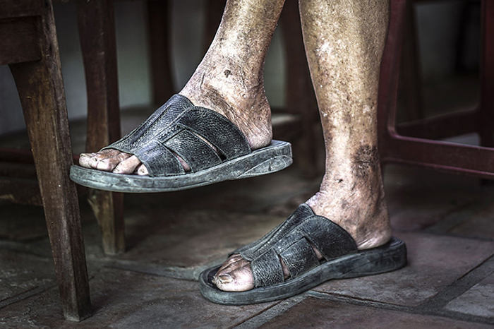 Сколько километров прошли эти ноги?  Фото: Hạ My Photography.