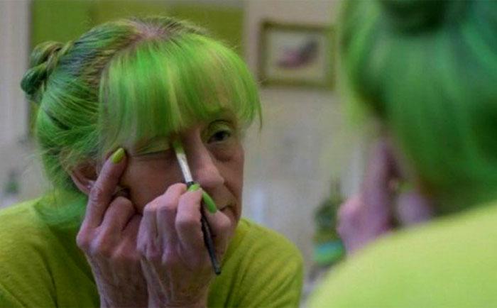 Даже косметика у Элизабет, и то зеленого цвета.