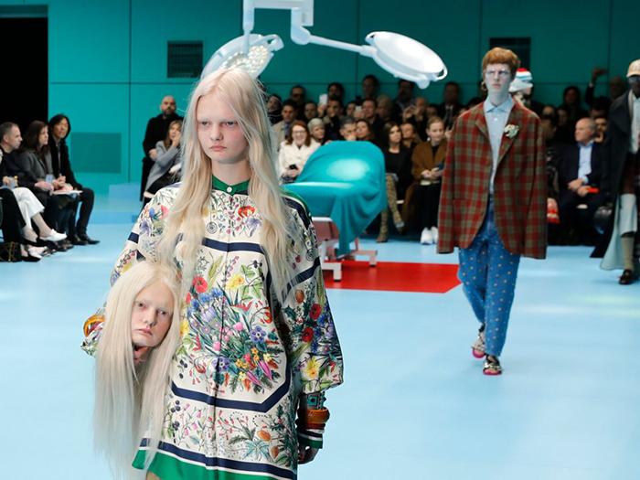 Две модели вышли на подиум с копиями собственных голов в руках.