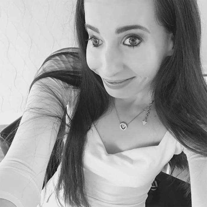 Несмотря на дефект внешности, Иванка получила образование и выросла уверенной в себе девушкой.