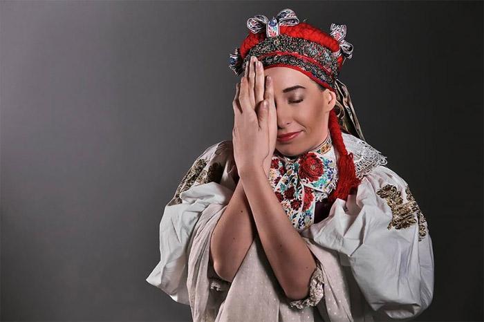 На фотографиях Иванка часто закрывает часть лица рукой или волосами.