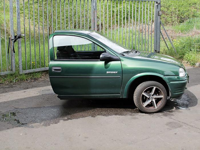 Для своего возраста автомобиль в очень хорошем состоянии, хотя есть некоторые признаки износа. В частности, половина автомобиля отсутствует.