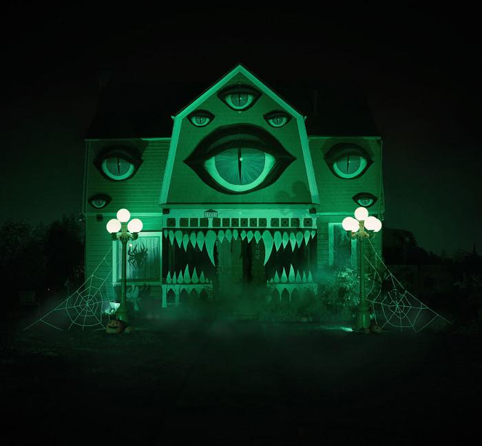 Ночью при подсветке дом выглядит довольно жутковато.