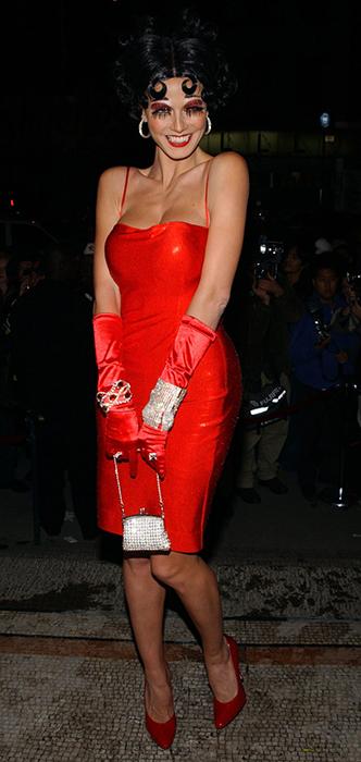 В 2002 году Хайди сменила свои золотистые локоны на черные кудряшки и обтягивающее красное платье мультяшной героини.
