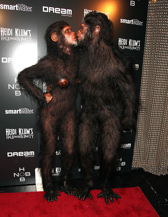Вместе со своим мужем - певцом Seal - Хайди пришла в костюме обезьяны.