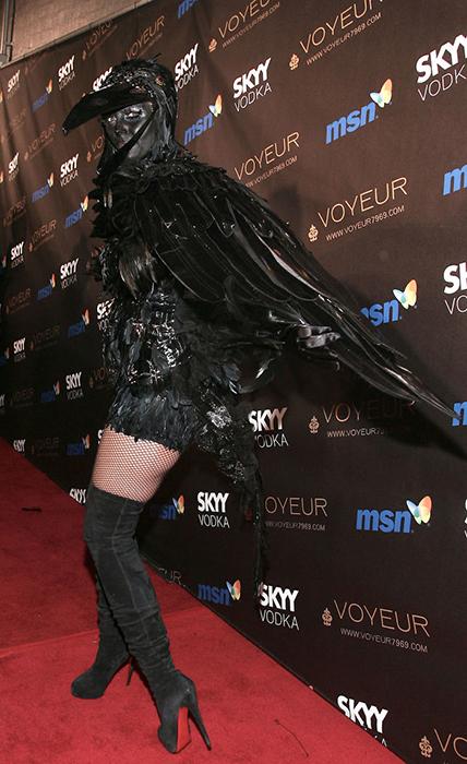 На смену ангельским крыльям Victoria's Secret пришли черные крылья ворона.
