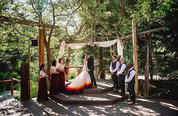 Церемония проходила на природе.  Фото: James Tang.