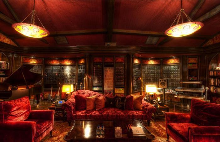 Hans Zimmer: Роскошный кабинет в красных тонах.