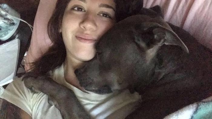 Люсия в обнимку с собакой по кличке Бишоп.