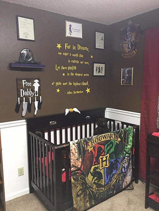 Манеж для новорожденного в волшебной детской комнате.