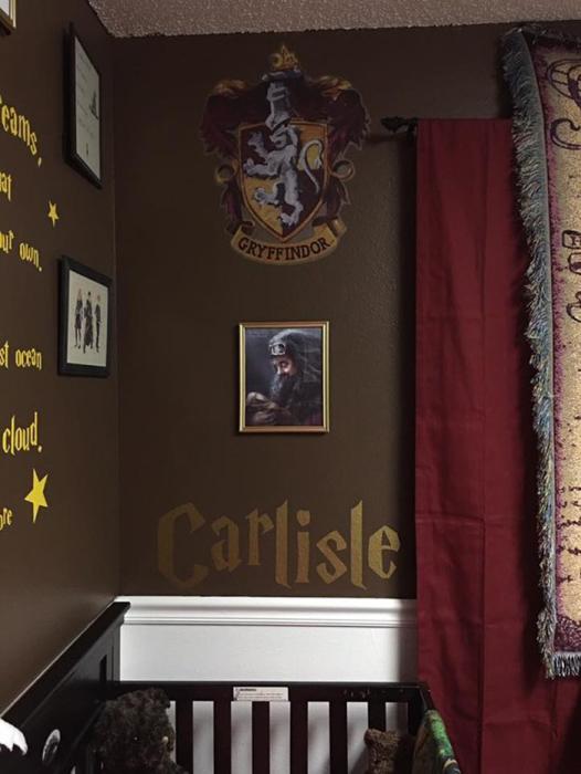 Над кроваткой висит портрет Хагрида.