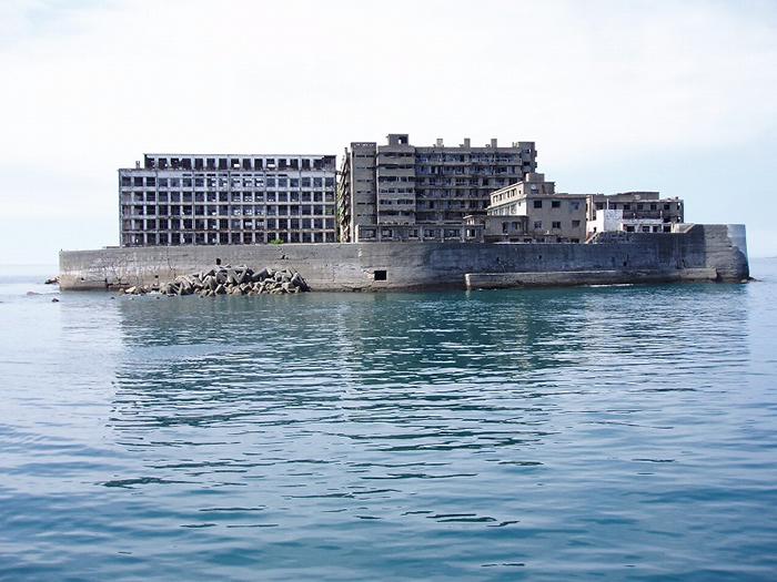 Заброшенный остров у берегов Японии.