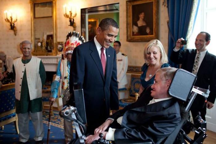 Барак Обама разговаривает со Стивеном Хокингов в голубой комнате Белого дома перед награждением ученого медалью в 2009 году.
