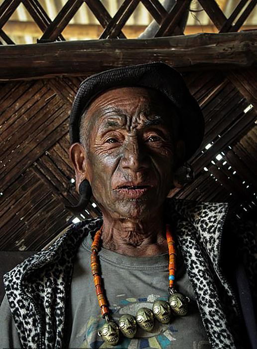 Татуировки на лице людей Кониак означают, что эти люди обезглавливали других людей.