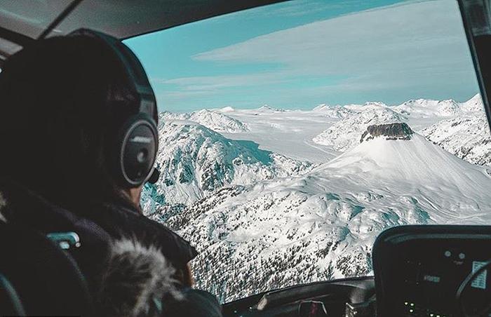 В кабине вертолета.
