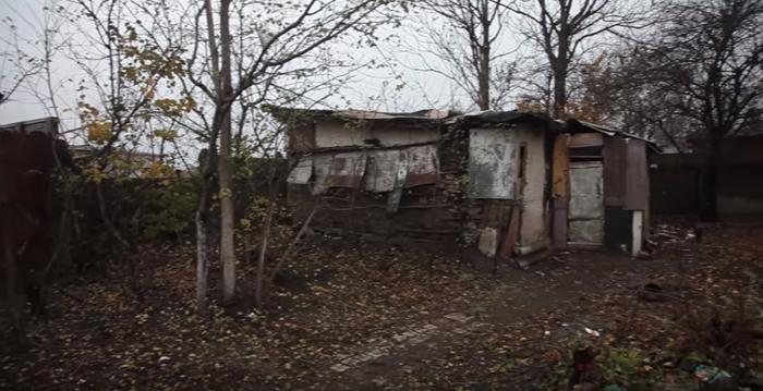 Долгое время старик жил в старом доме в полном одиночестве.