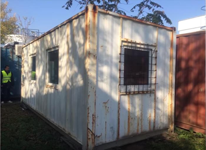 Парни приобрели контейнер, который полностью переделали, создав из него уютный дом.