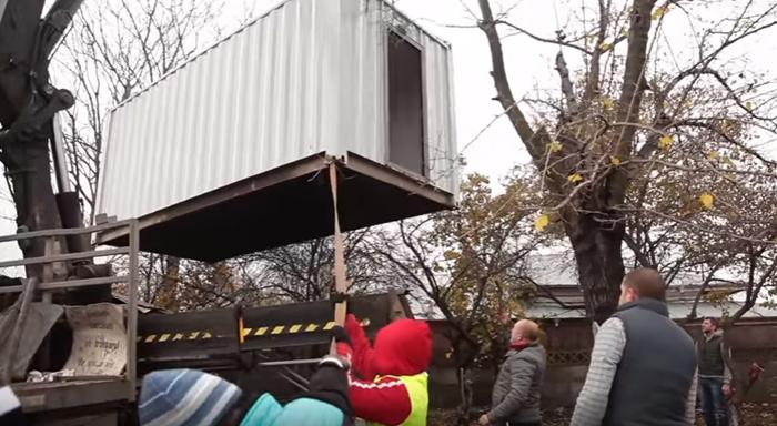 С работе над созданием дома для Иона подключилось много волонтеров.