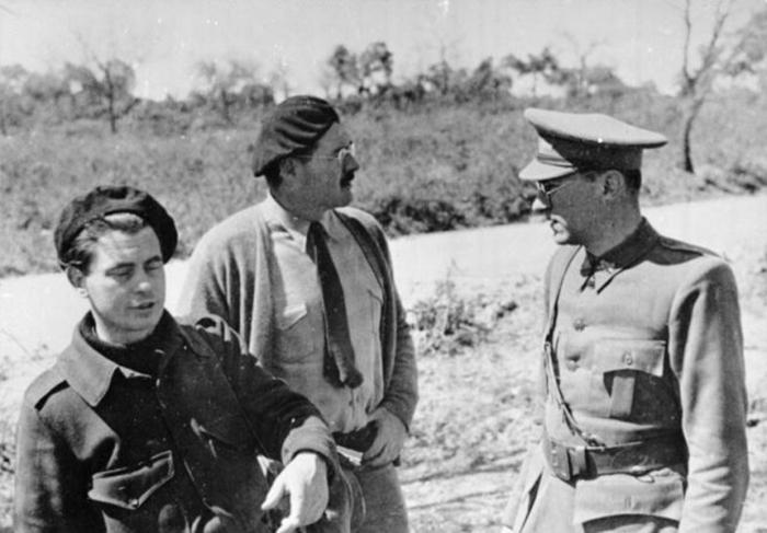 Хемингуэй (в центре) во время Испанской гражданской войны 1937 год.