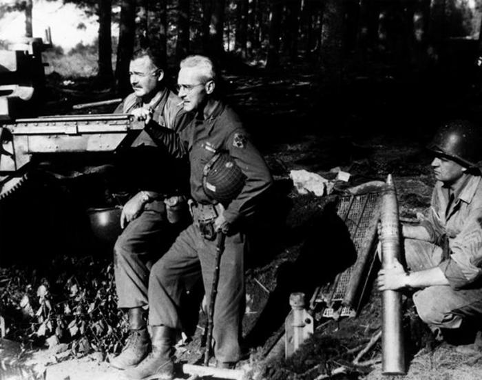 Эрнест Хемингуэй и полковник Чарльз Ланхам с захваченным оружием в Германии 18 сентября 1944 г.