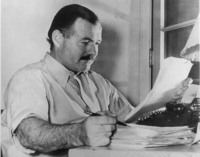 Эрнест Хемингуэй работает над романом «По ком звонит колокол» в городе Сан-Валли (штат Айдахо) в декабре 1939 г.